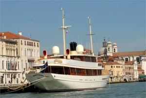 Johnny Depp's Vajoliroja Yacht - Image credit to style.it and Filippogallazzi©kikapress.com